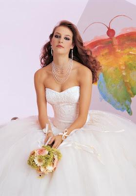 e059f069f فساتين زفاف بسيطة و ناعمة لعروس تعشق البساطة و الرقة و تبحث عنها باستمرار  فليس من الشرط ان يكون فستانك ليلة زفافك مليئ بالاحجار البراقة فجمال الفساتين