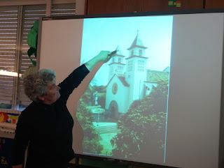 A D. Manuela mostra no quadro interativo a torre de uma igreja que serve de farol