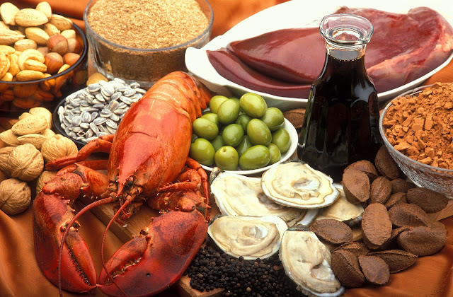 Eiweissreiche Lebensmittel: Fleisch, Fisch, Käse und Gemüse mit viel Eiweiß