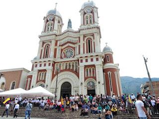 iglesia parque de Bello en el día de la independencia de colombia