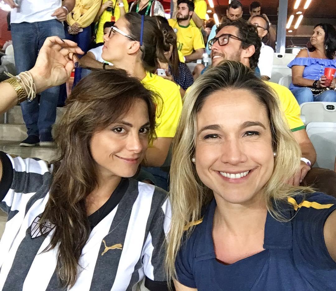 Acompanhanda da namorada, Fernanda Gentil assiste a Brasil x Argentina