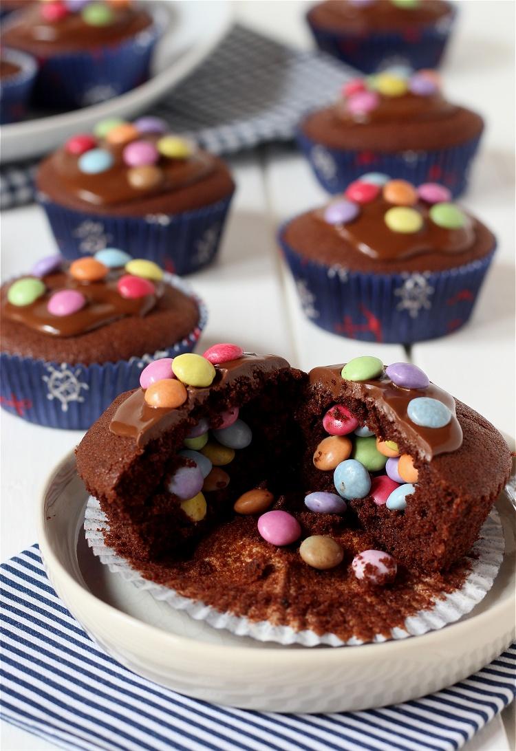 Pinata-Muffins - Schokoladenmuffins mit Smarties