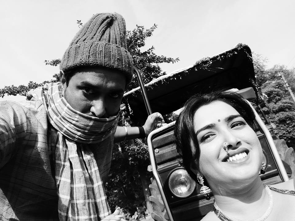 Amrapali Dubey and Sanjay Pandey ON Set of Nirahua Hindustani 2 Bhojpuri Film Shooting photo