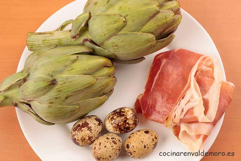 Ingredientes: alcachofas, huevos de codorniz y jamón