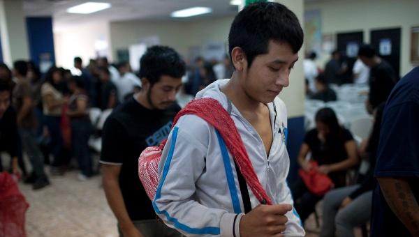 Estadounidenses asocian a inmigrantes indocumentados con delitos graves