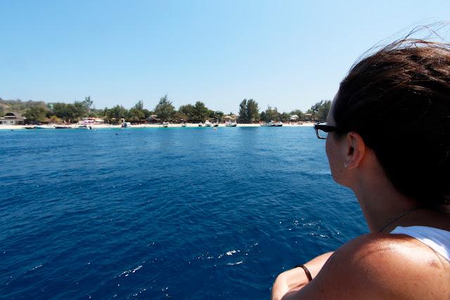 Lena en la cubierta del barco con Gili Trawangan al fondo