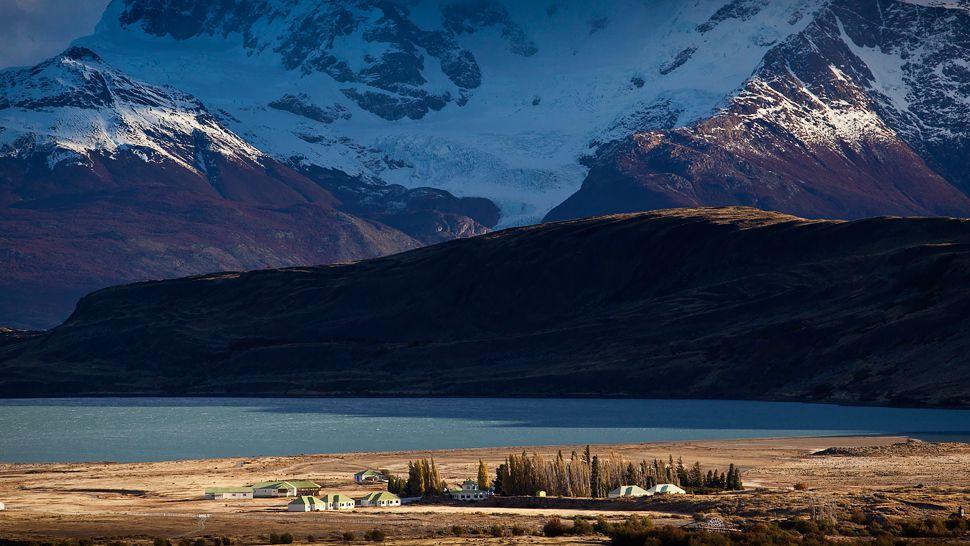 Montañas Nevadas En La Patagonia: ESTANCIA CRISTINA EN LA PATAGONIA, ARGENTINA