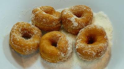 Rosquillas fritas. Pasamos las rosquillas por azúcar