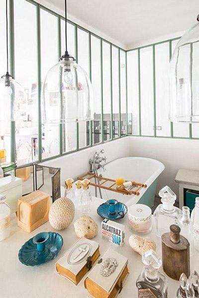 salle de bain avec murs en verrière