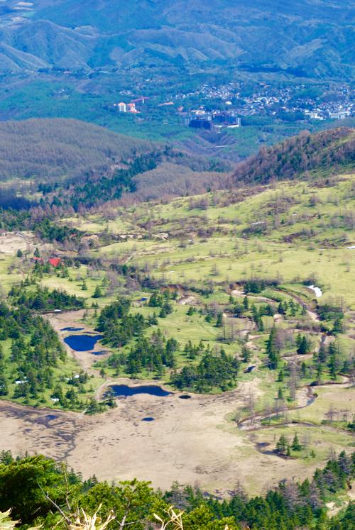 日本国道最高地点から見下ろした芳ヶ平湿地帯と草津温泉街