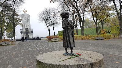 statua di bambina magra