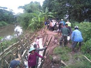 Warga dan TNI Kompak Benahi Tanggul Jebol
