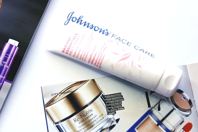 Johnson's face care radiant essentials melt away foaming cleansing mousse with papaya milik and jasmine blossom water.Johnson's penasti mousse za ciscenje lica.