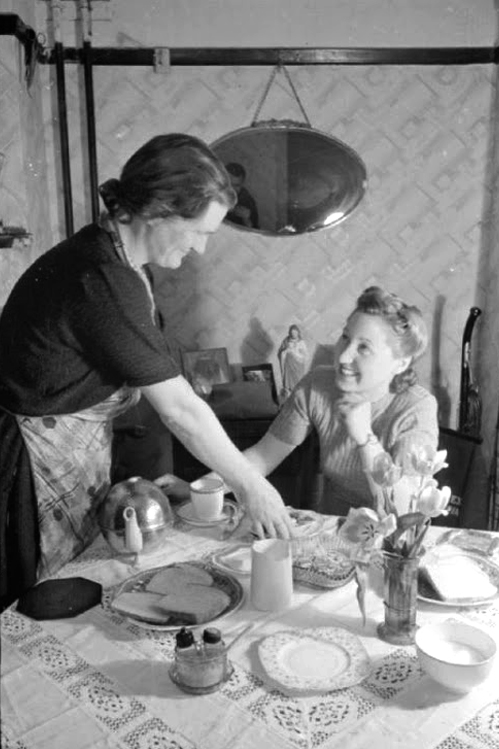 The Butterfly Balcony - Picture Posts - A Girl Joins Up - Women in Wartime