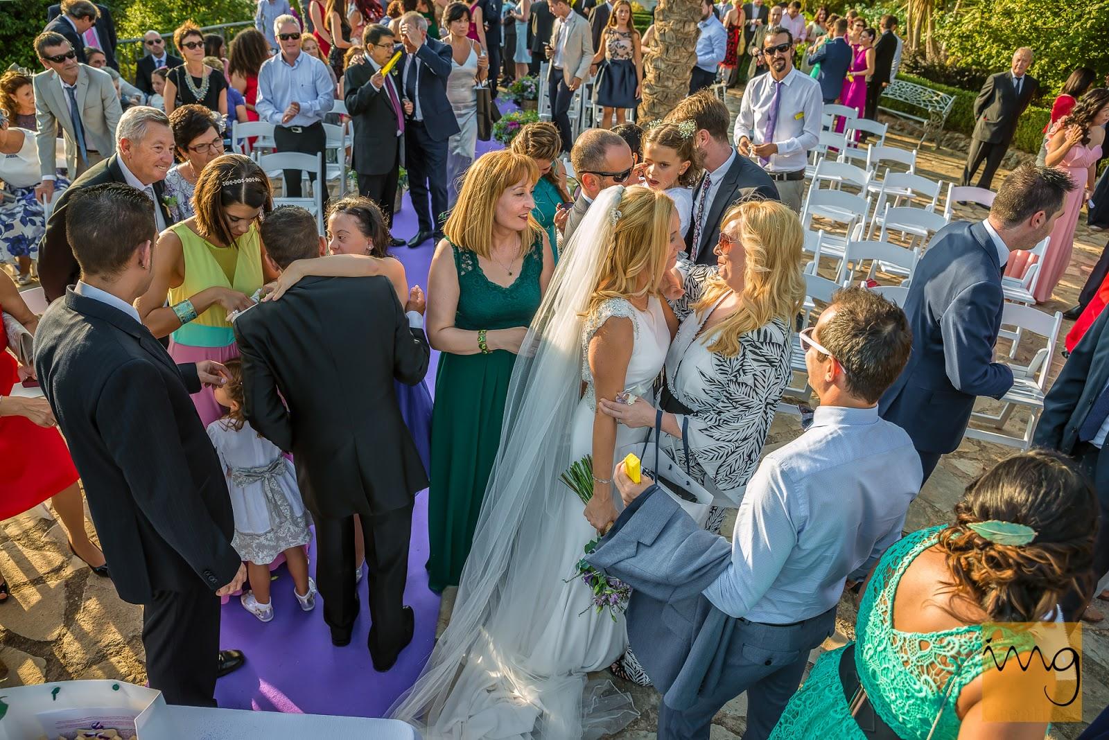 Fotografía de las felicitaciones al terminar la ceremonia de la boda