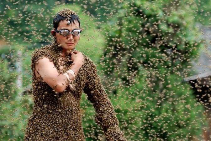lomba-paling-aneh-di-china-mengenakan-pakaian-lebah