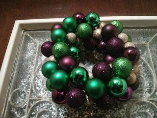 Karácsonyi ajtódísz gömbökből