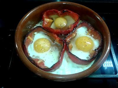 Pimiento rojo relleno con huevo frito