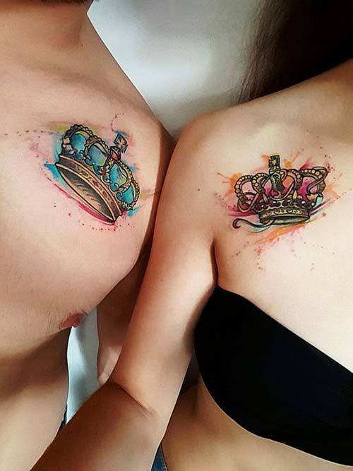 couple collarbone watercolor crown tattoo sevgili köprücük kemiği renkli taç dövmeleri