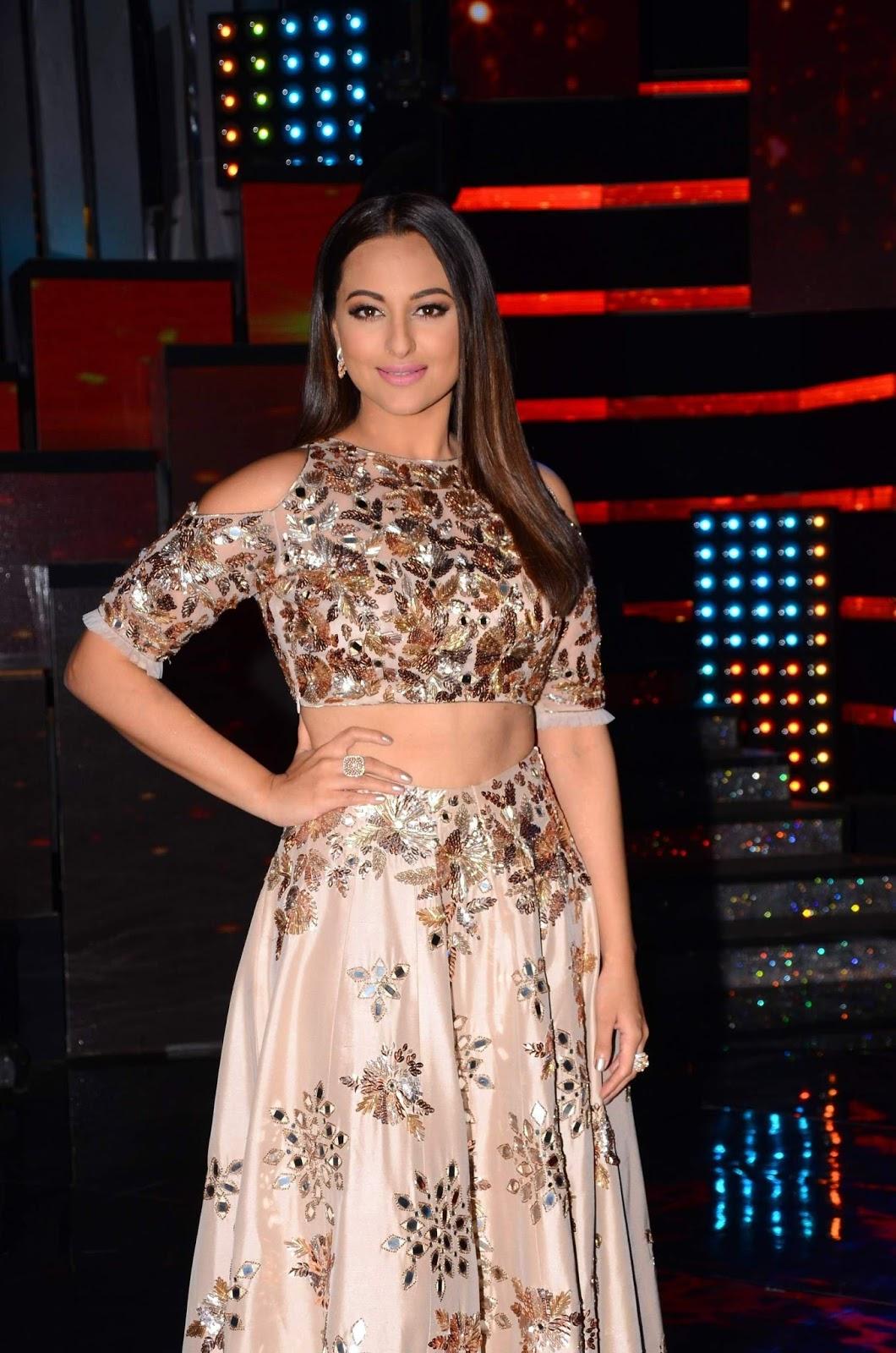 "Sonakshi Sinha Looks Super Hot At The ""Nach Baliye"" Season 8 Opening Show"