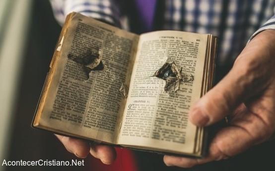 Biblia con disparos salva la vida de un hombre