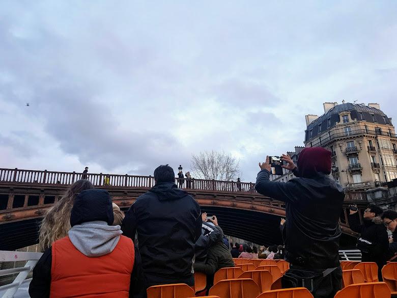 塞納河遊船上的日常,船上與陸地上的遊客互相拍照