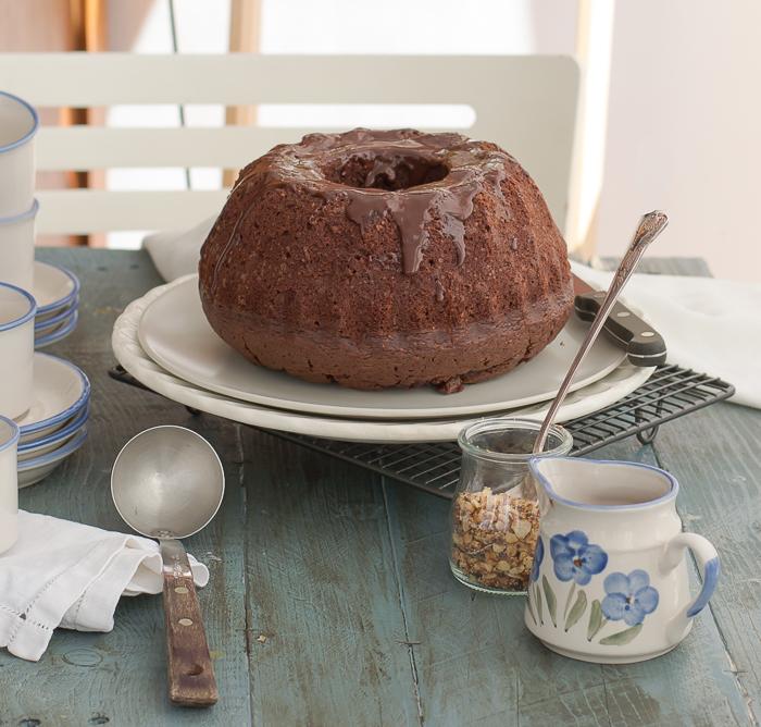 Bizcocho de chocolate en molde  de Bundt cake.