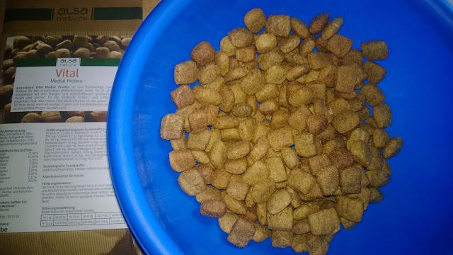 Trockenfutter in kleinen Stücken