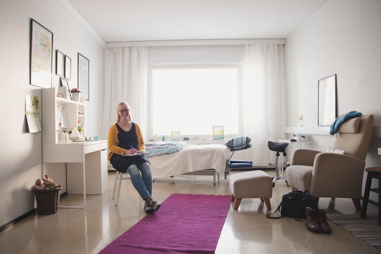 Mari Sipilä on turkulainen tunnevyöhyketerapeutti. Hän tekee modernia ja psykologista vyöhyketerapiaa aikuisille ja lapsille.