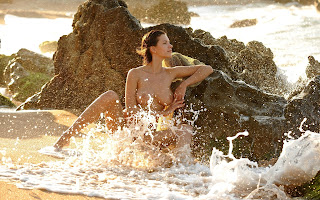 Обнаженная, красавица, сидит, берег, вода, море, волны, брызги, камни, скалы
