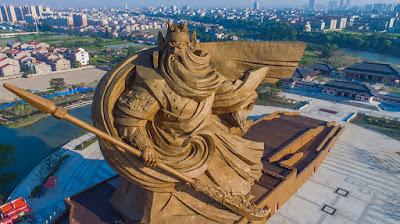 Epica statua di 1.320 tonnellate eretta in Cina
