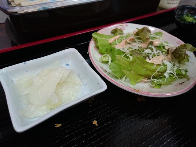 漬物とサラダの写真