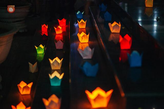 """Những ánh đen hoa đăng được thắp sáng, sắp xếp xung quanh khu vực """"Tâm sự"""", giây phút của cùng trong lễ ra trường."""