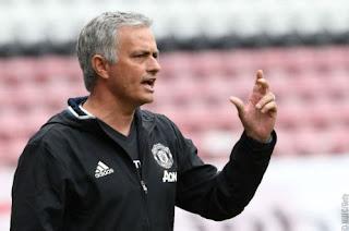 Fans Manchester United Serukan Pemecatan Mourinho #GetMourinhoOut