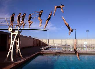 a media luz saltar a la piscina