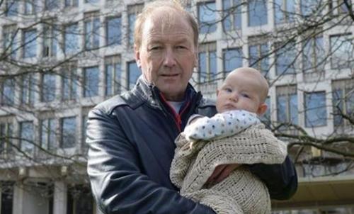 Paul Kenyon, con su nieto. FOTO: The Guardian