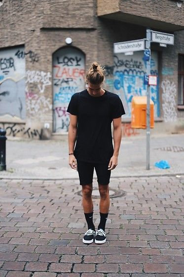 Look Masculino com tênis preto, meias pretas longas, bermuda preta e camiseta preta, all black
