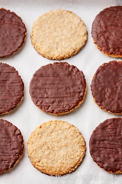 Ciasteczka owsiane z sezamem w polewie czekoladowej