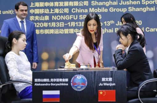 Shroret Bayat, 32 ans, est l'arbitre principal du championnat du monde d'échecs féminin - Photo © AFP