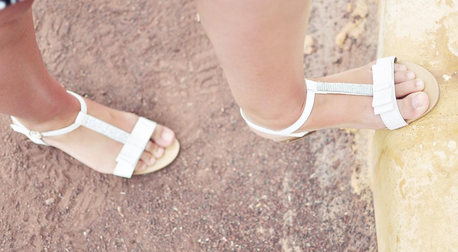 białe-sandałki