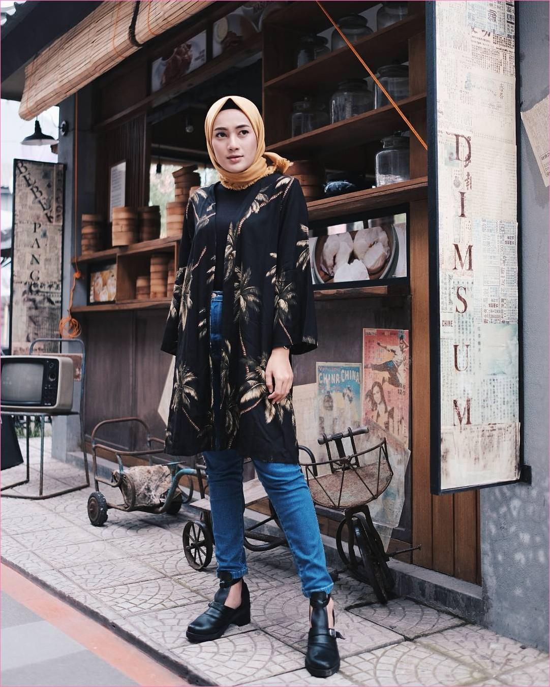 Outfit Baju Hijab Casual Untuk Perempuan Gemuk Ala Selebgram 2018 hijab square kuning emas ciput mangset outer bermotif pohon kelapa high heels boots hitam jeans denin biru tua jam tangan gaya casual kain katun sutra rayon ootd outfit 2018 selebgram toples kaca kayu dimsum pot warung lampu sepedah