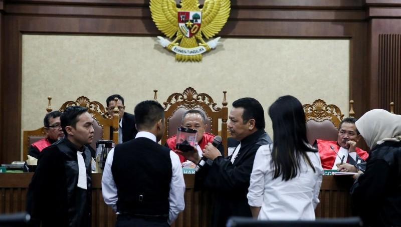 Saksi Rangga maju ke depan majelis saat bersaksi di sidang Jessica