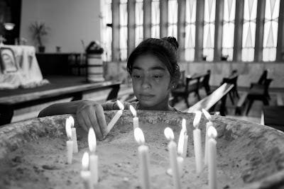 Una niña iraquí enciende una vela en la iglesia de Marqa, Jordania.