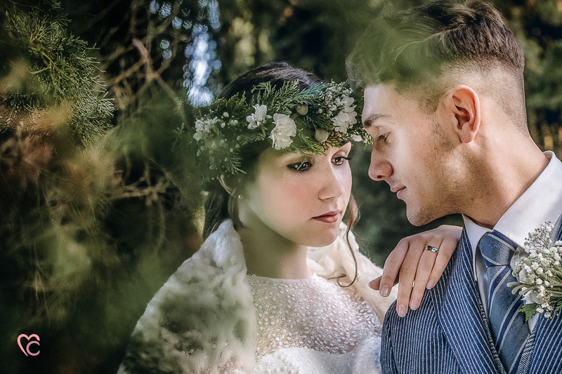 Winter elopement a Chieri in italia in un bosco di cipressi,bohobride