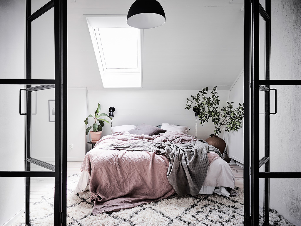 Plan deschis și uși de sticlă la dormitor în amenajarea unei mansarde de 60 m²