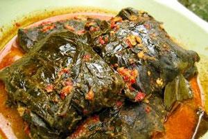 Siapa yang tidak pernah makan sayur buntil daun talas Resep Masakan Cara Bikin Buntil Daun Talas Tangkai Hitam