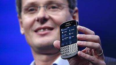 La compañía BlackBerry está en el camino correcto para un cambio pese al decepcionante debut de su nueva línea de teléfonos inteligentes, ha insistido este martes su presidente ejecutivo, Thorsten Heins, quien ha admitido que la compañía está abierta a cualquier opción que genere valor para los inversores. «BlackBerry buscará toda oportunidad para generar valor a los accionistas», ha dicho Heims a los inversores en la reunión anual de la compañía. Tras los comentarios, cuando hablaba acerca de si la compañía estudiaría oportunidades de otorgamientos de licencias, las acciones de BlackBerry ampliaban ganancias en el Nasdaq. Menos de dos semanas
