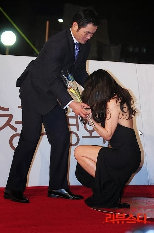 Ha Na Kyung receiving help to get up after falling from tripping on her dress