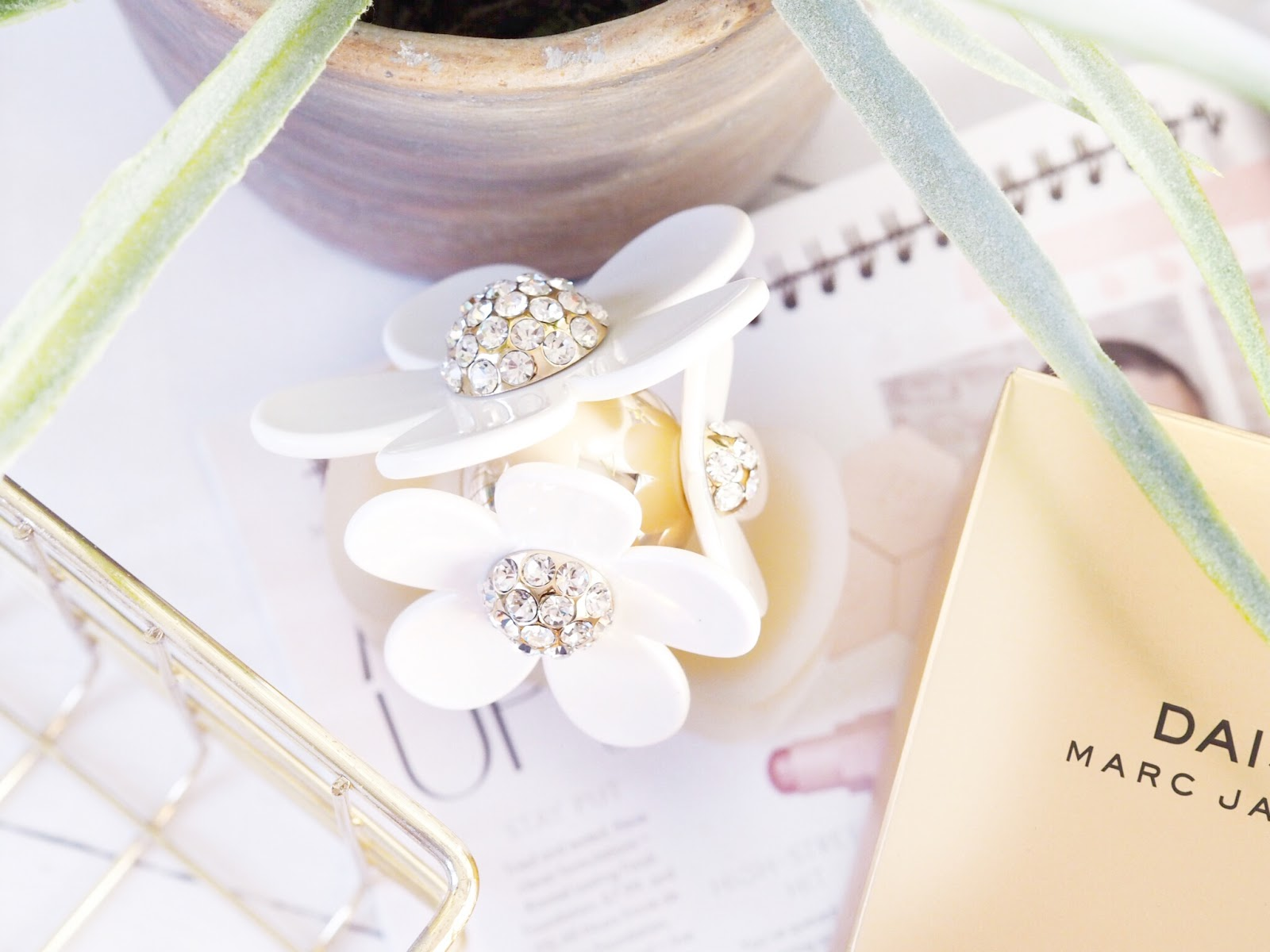 Reasons why every girl needs a bottle of marc jacobs daisy on her scent wise its also very versatile daisy is the sort of fragrance you can wear to a business meeting and also to a date its got that sort of fragrance izmirmasajfo Image collections