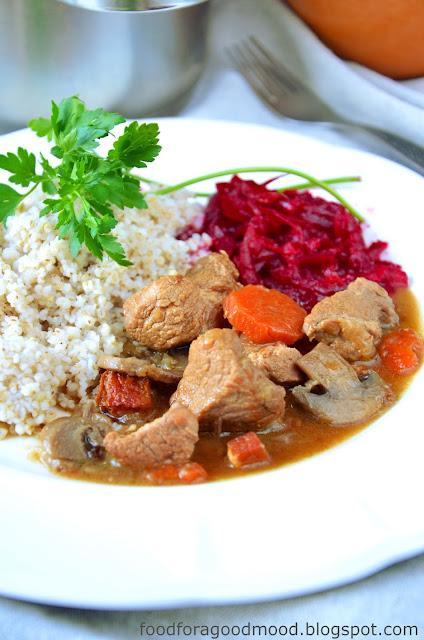 Gulasz to sposób na pyszny, prosty w przygotowaniu i sycący obiad. Tutaj w roli głównej wieprzowina, ale wołowina też się nada. Tylko trzeba dłużej dusić... ;)  I choć mięso w gulaszu ważne, to o tym końcowym efekcie zadecydowały niuanse: ciężki porter, aromatyczny wędzony boczek, pieczarki i sporo cebuli. Sos  doskonale komponuje się z ulubioną kaszą i buraczkami. Tylko tyle i zarazem, aż tyle. Częstujcie się, Kochani :)